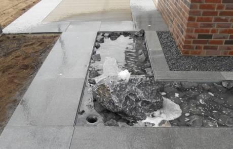 Wasserspiel mit Granitplatten und WPC