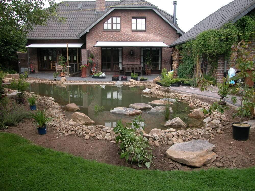 Der Naturteich bekommt seine üppige Randbepflanzung und zum Ambiente passende Wasserpflanzen