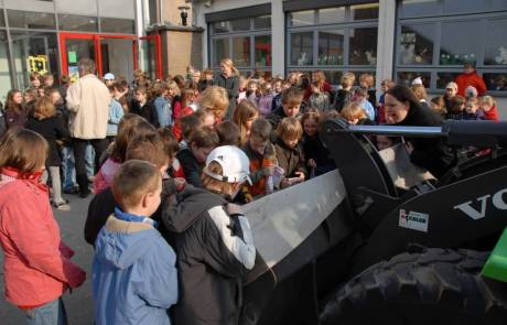 Mähler Galabau ein Radlader mit Katjes Grundschule