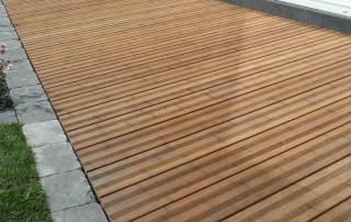 Terrasse aus Bambusdielen für den Garten