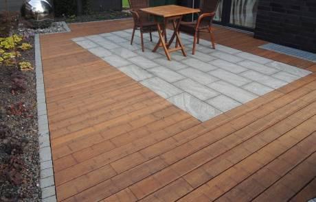 Terrasse aus Holz und Naturstein