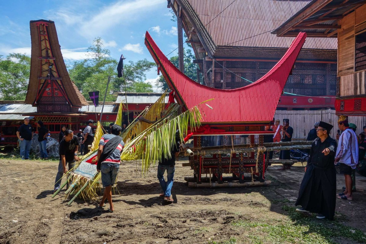 Tana Toraja Funeral Ceremony - preparation of coffin transportation Christian Jansen & Maria Düerkop