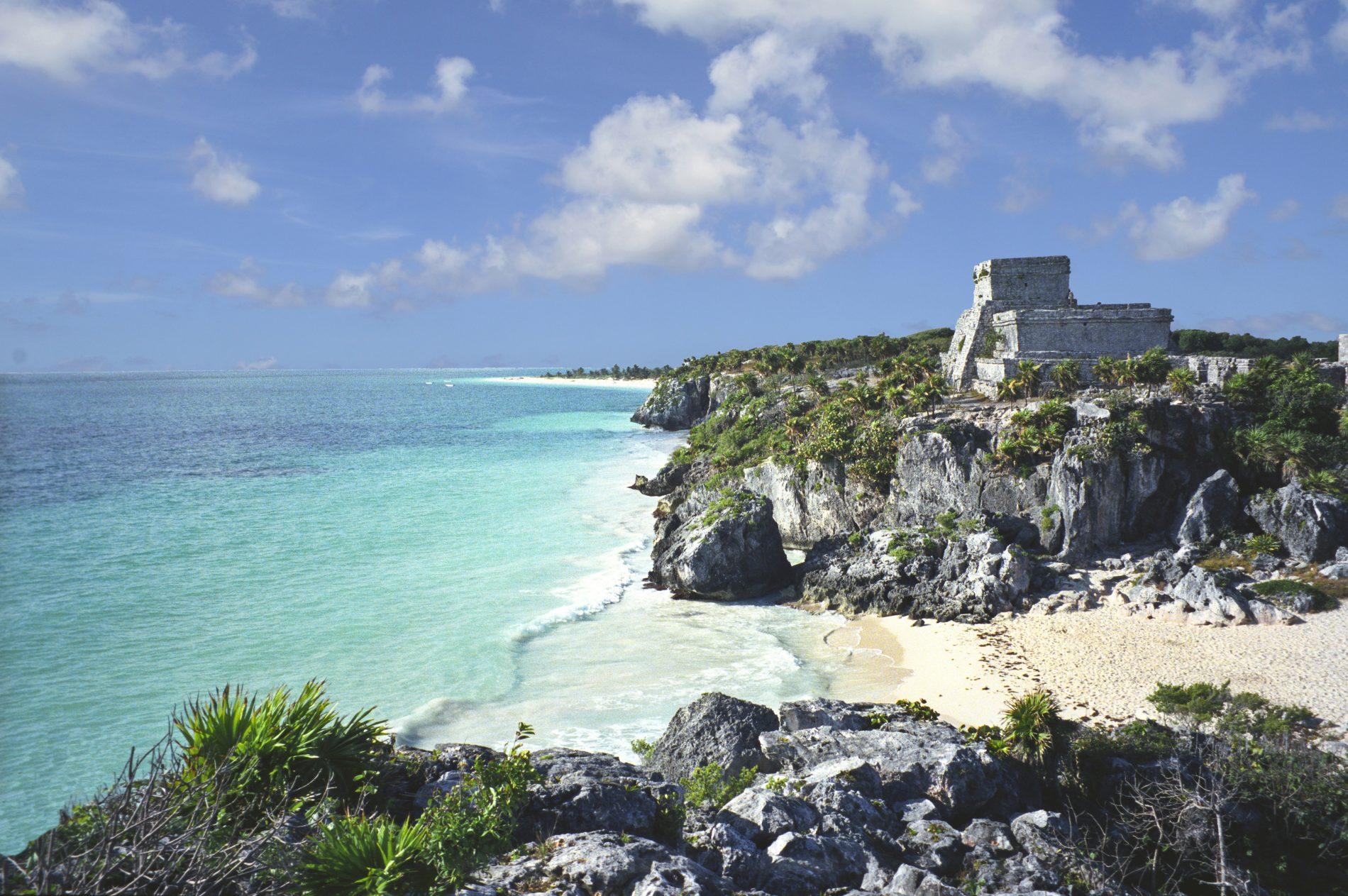 A bela paisagem de Tulum, onde as ruínas maias se debruçam sobre o mar do Caribe