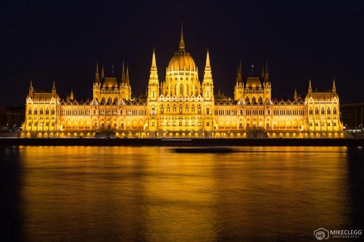 O Parlamento Húngaro em Budapeste à noite