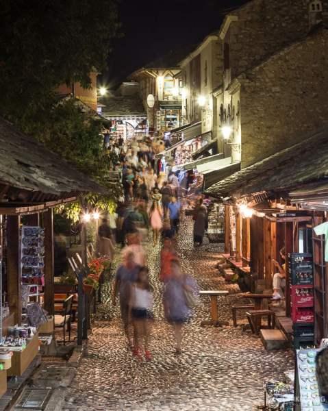 Ruas da cidade velha de Mostar à noite