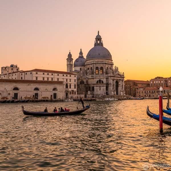 Gôndolas e pôr do sol em Veneza