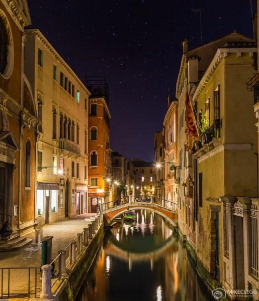 Luzes noturnas e arquitetura em Veneza