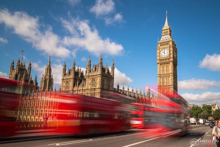 Big Ben em Westminster com ônibus típicos de Londres