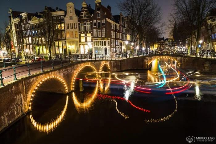 Pontes na interseção dos canais Leidsegracht e Keizersgracht em Amsterdã