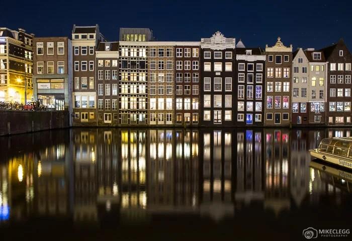 Edifícios ao longo do Damrak em Amsterdã