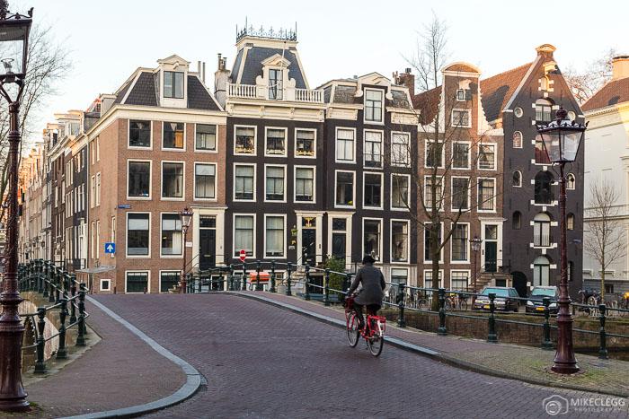 Ciclistas no centro de Amsterdã