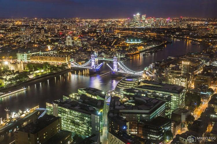 Vistas do horizonte de Londres a partir do Shangri-La no Shard
