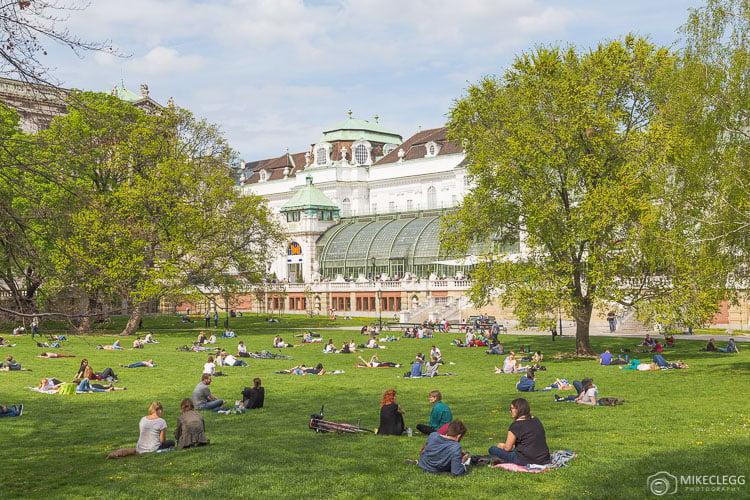 Pessoas relaxando no Burggartenin Viena no verão