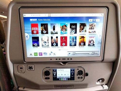 Exemplo de tela de entretenimento a bordo - Emirados
