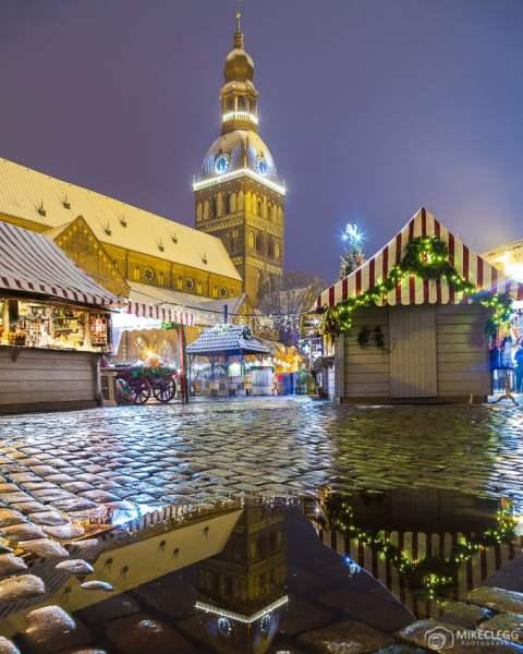 Mercados de Natal e a Catedral de Riga em Doma Laukums