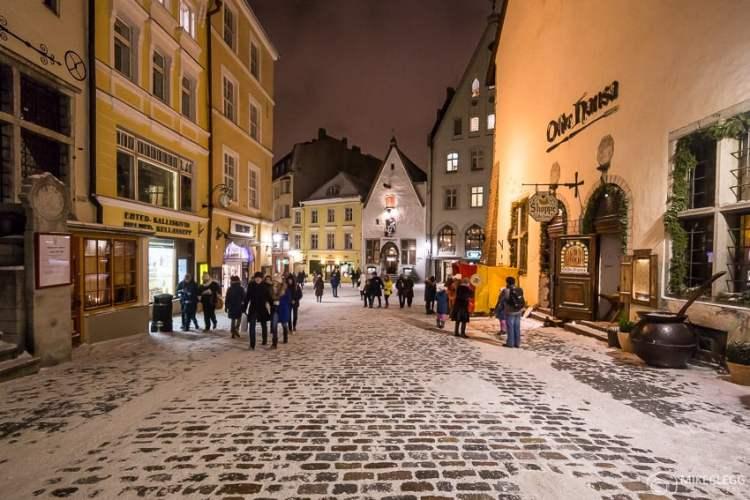 Vanaturu kael Street em Tallinn no inverno