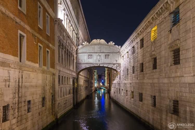Ponte dos Suspiros em Veneza à noite