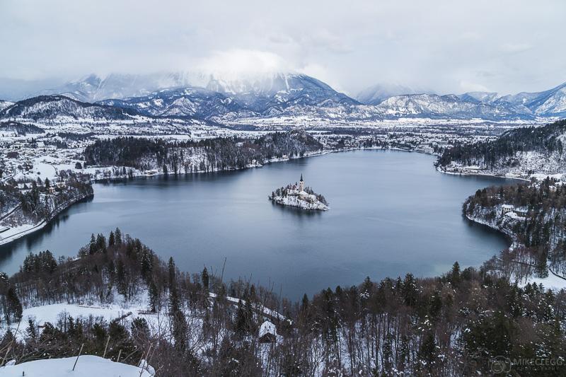 Lago Bled de Osojnica no inverno com neve
