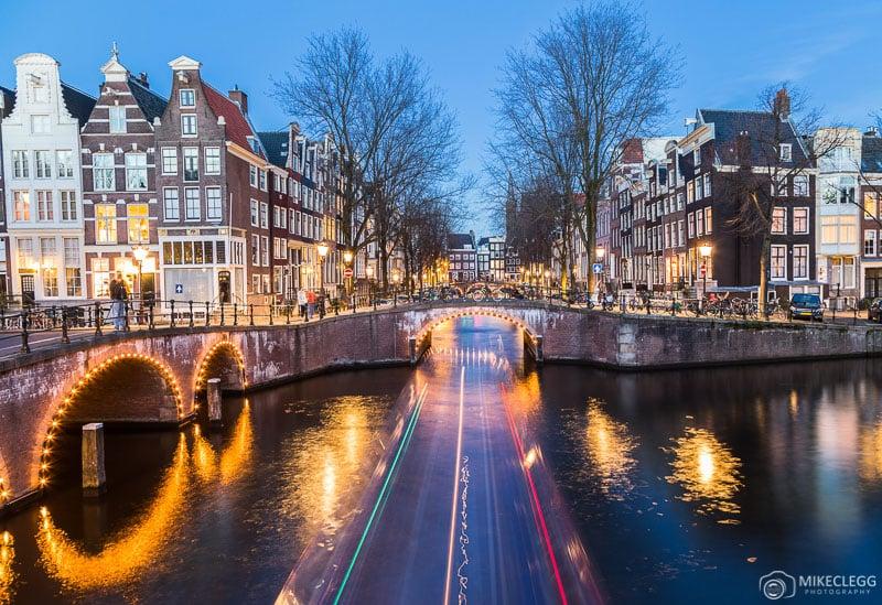 Canais e arquitetura em Amsterdã à noite