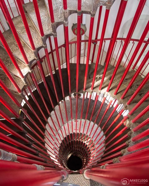 Escadaria em espiral vermelha do Castelo de Liubliana