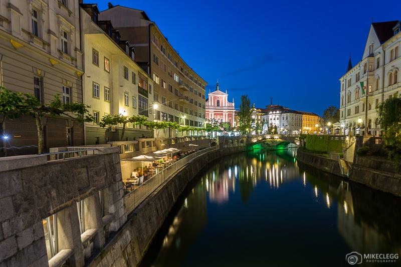 Ljubljana à noite da passarela Ribja Brv