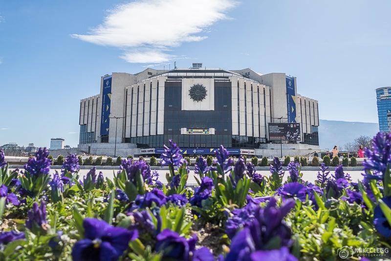 Palácio Nacional da Cultura durante o dia na primavera