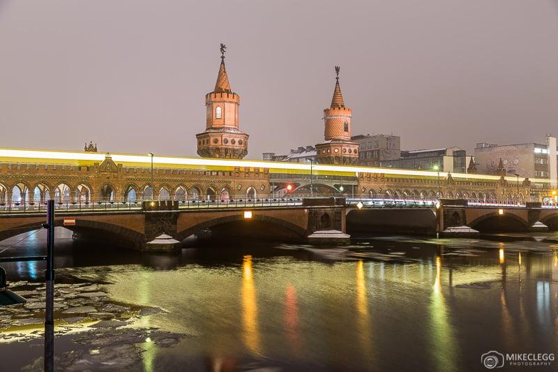 Oberbaumbrücke à noite em Berlim