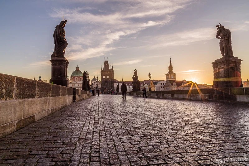 Ponte Carlos em Praga ao nascer do sol