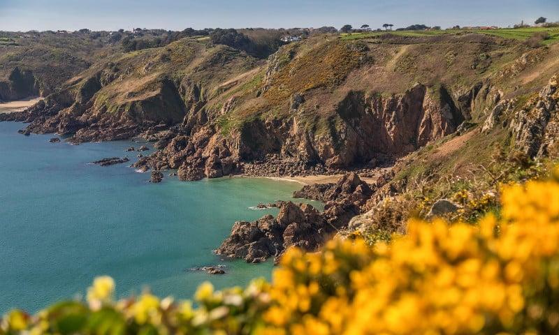Costa de Guernsey e paisagem