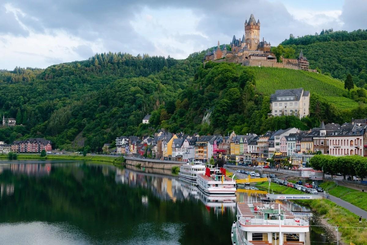Cochem ao longo do rio Moselle Valley