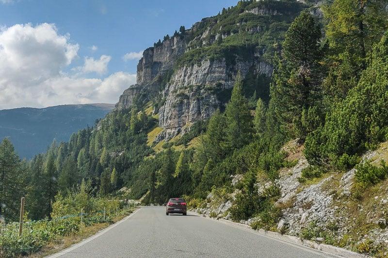 Estradas e um carro - estrada de montanha