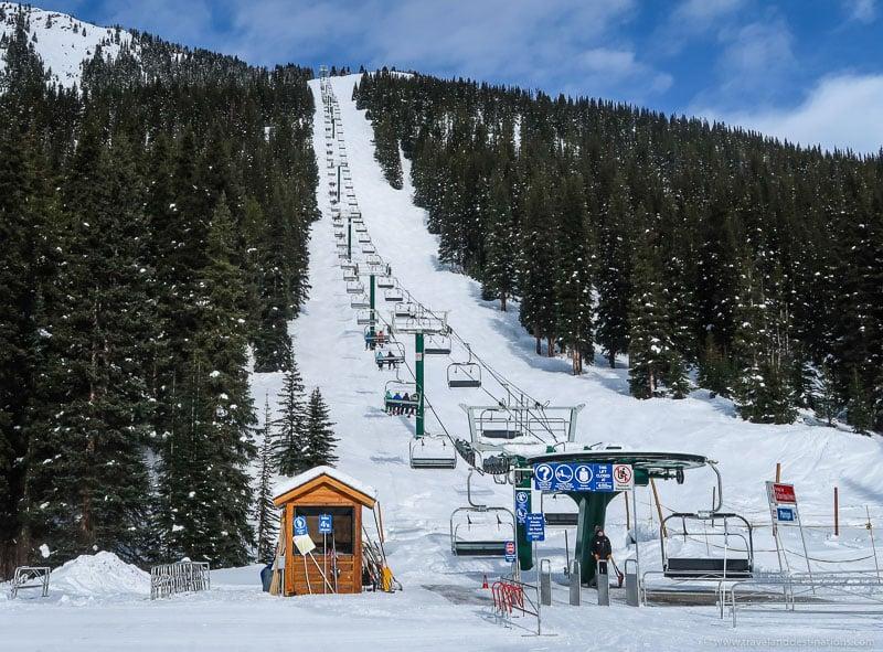 Teleféricos em uma estação de esqui