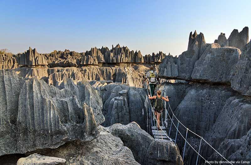 Formações de calcário e ponte em Tsingy