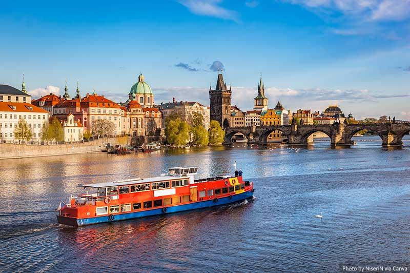Cruzeiro no rio Moldava em Praga