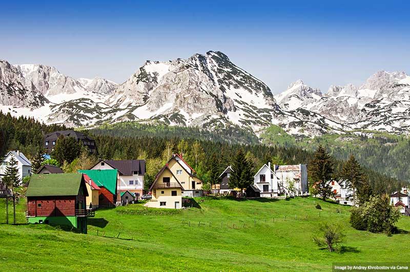 Cidade de Zabljak e montanhas