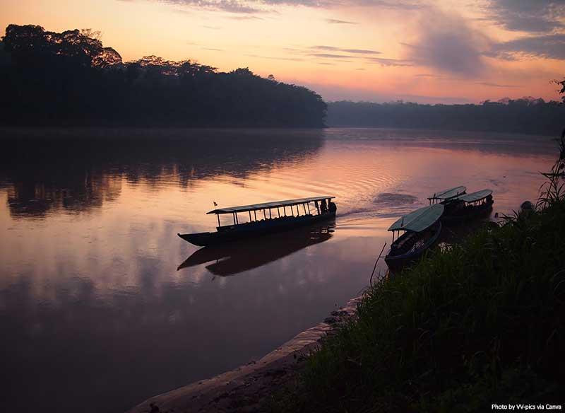 Floresta Amazônica ao amanhecer com um barco