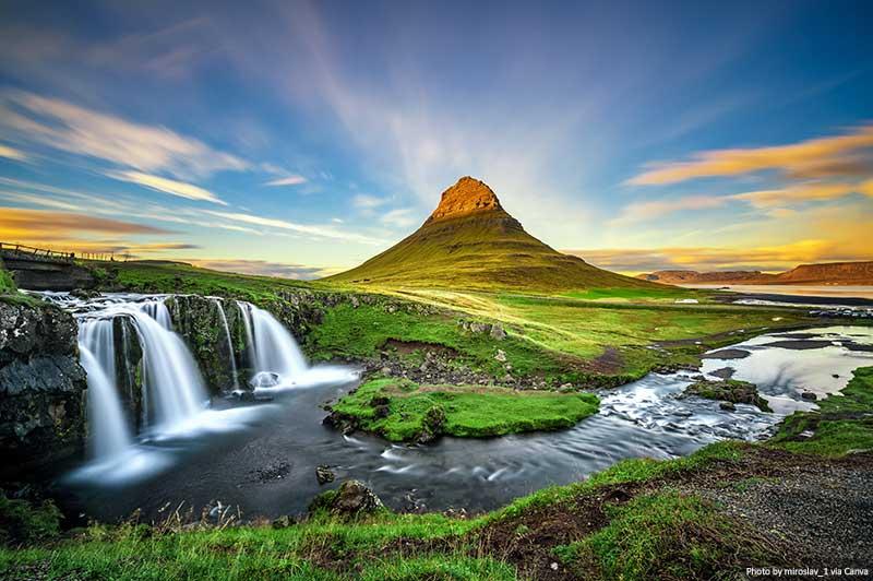 Cachoeira Kirkjufellsfoss e montanha Kirkjufell na Islândia