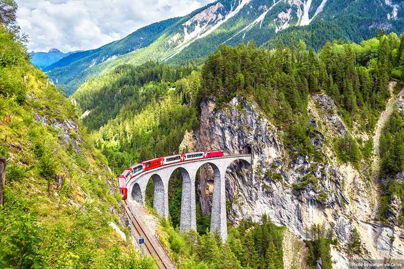 Viaduto Landwasser.  Bernina Express em ponte ferroviária na Suíça