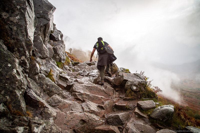 Seções irregulares mais íngremes na trilha da montanha Ben Nevis
