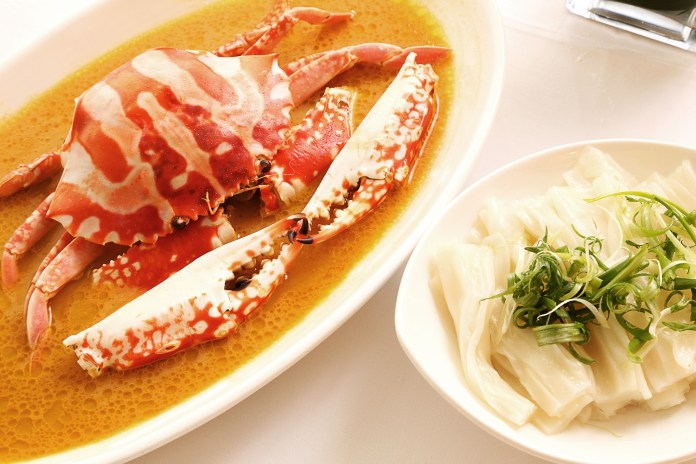 Steamed Fresh Flowery Crab with Aged ShaoXing Wine Fragrant Chicken Oil _ Flat Rice Noodles