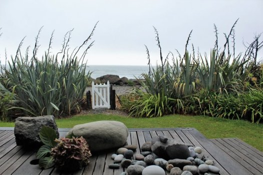 New_Zealand_cabin_beach_view