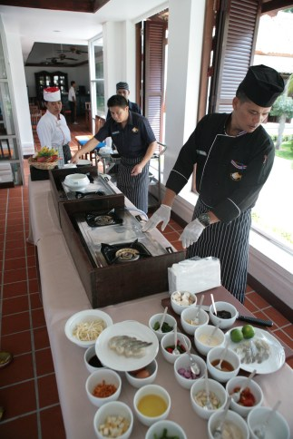 Lekcja gotowania tajskich specjałów, jaką można sobie zamówić w jednym z hoteli