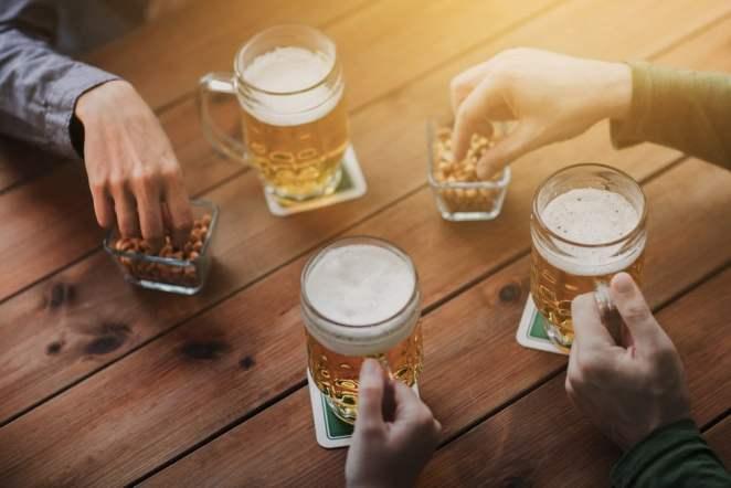 beer mugas and peanuts