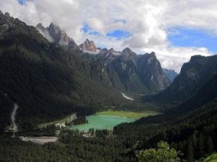بحيرة دوبياكو بولزانو محاطة بالجبال