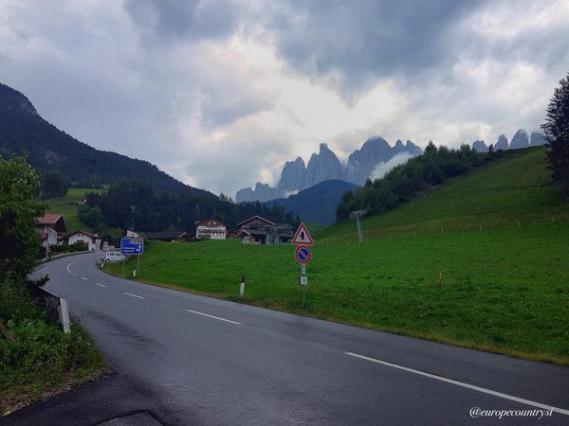 شارع الريف الإيطالي و حقول خضراء على الجانبي الشارع
