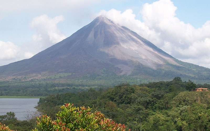 Arenal Volcano National Park and its surroundings are full with a variety of conditions and attractions to please everyone. This means that no matter if you are looking for adventure, relaxation or a nature encounter, in this region you can find a variety of hotels and activities suitable for you.