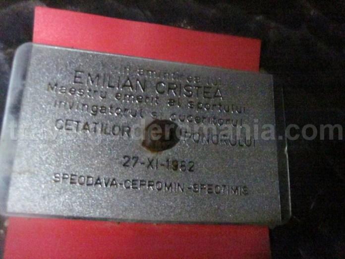 placuta dedicata lui Emilian Cristea din Pestera Cetatile Ponorului