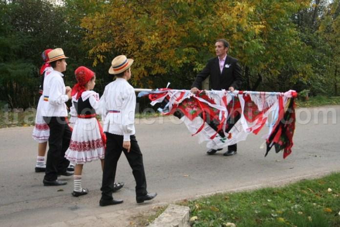 Dans traditional romanesc la nunti in zona rurala a Romaniei