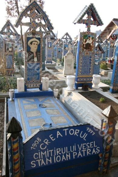 Mormantul lui Ioan Stan Patras - creatorul Cimitirului Vesel de la Sapanta - Romania