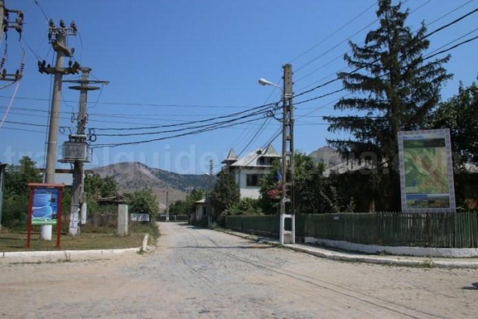 Acces spre Muntii Macin - satul Greci